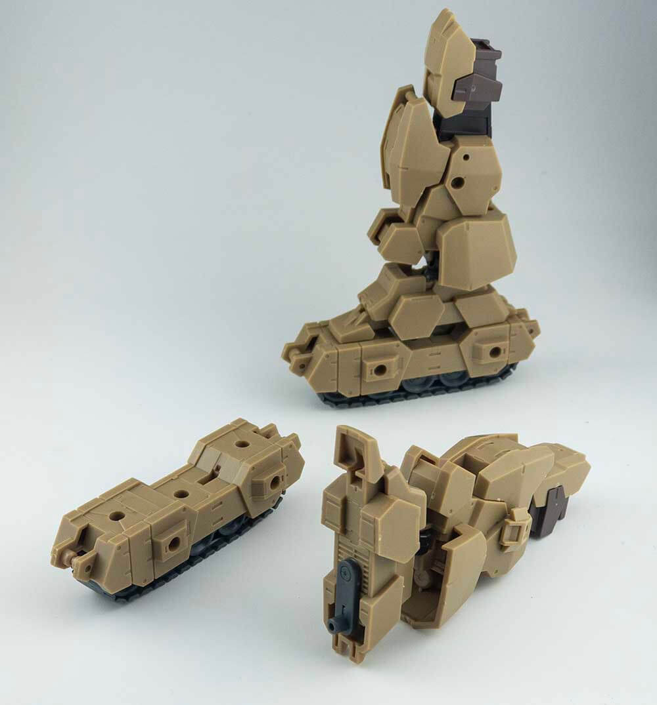 一張含有 玩具, 坐, 覆蓋, 桌 的圖片 自動產生的描述